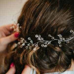 dekoracja we włosach Panny Młodej