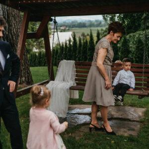 goście weselni na huśtawce
