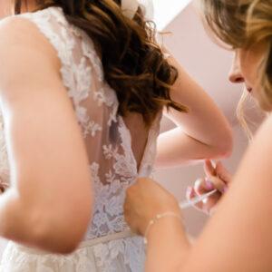 panna młoda zakładająca suknie ślubną