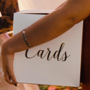 białe pudełko na koperty z życzeniami