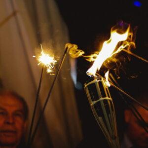 odpalanie zimnych ogni na weselu