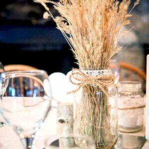 rustykalna dekoracja na stole weselnym