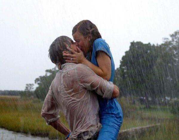 kochankowie całują się w deszczu