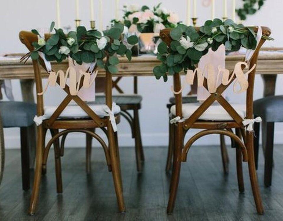 tabliczki jako dekoracja krzeseł