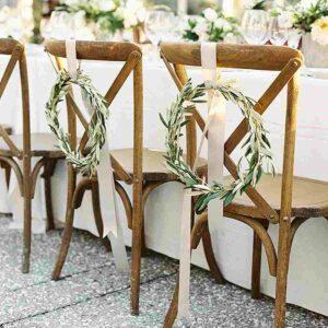 obręcze z oliwki jako dekoracja na krzesłach