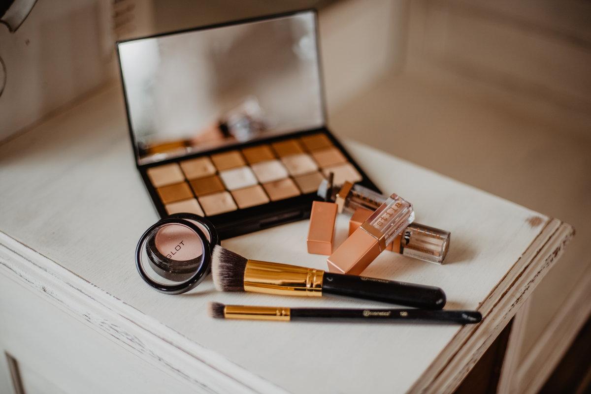 zestaw kosmetyków do makijażu