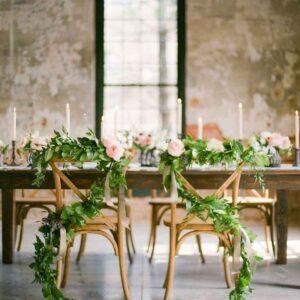 dekoracja bluszczem krzeseł
