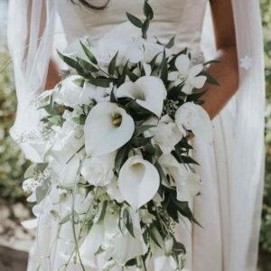 lejący się bukiet białych kwiatów