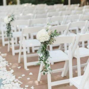 białe krzesła na weselu