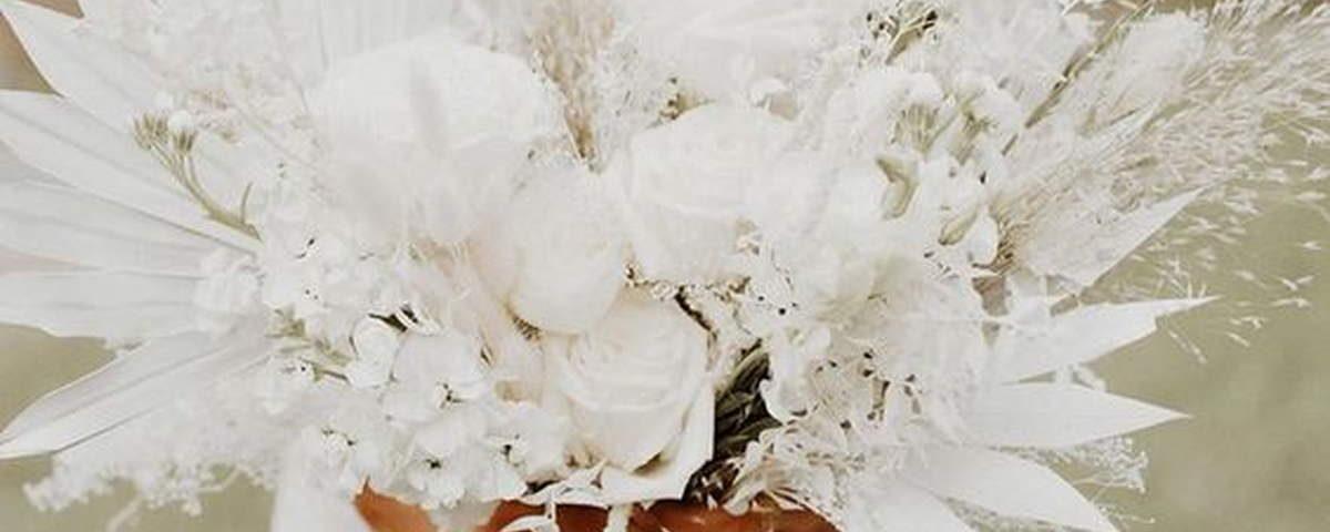 bukiet z farbowanych białych kwiatów