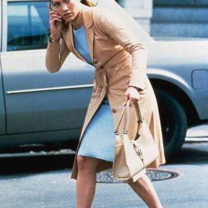 kobieta ukrywa się na ulicy
