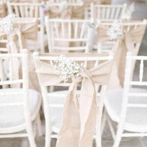 białe krzesła chiavari