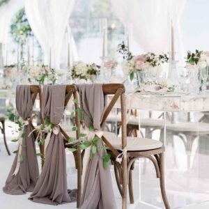 rustykalne krzesła udekorowane płachtą materiału