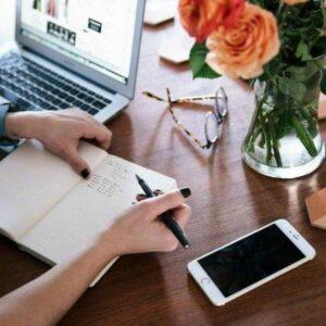 zdjęcie laptopa, telefonu i notatnika