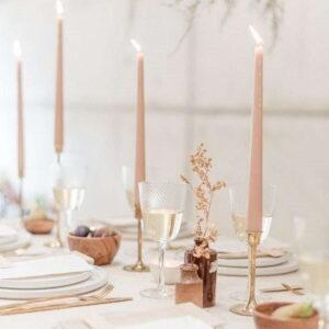 różowe długie świece na wesele