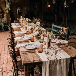 przystrojenie stołu na obiad w ogrodzie