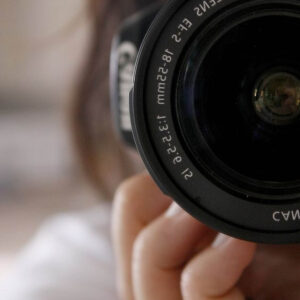 aparat zasłania twarz kobiety
