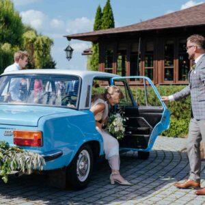 niebieski samochód do ślubu