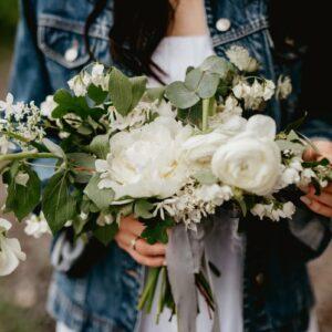 biały bukiet na ślubie