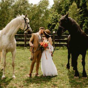 para młoda z końmi