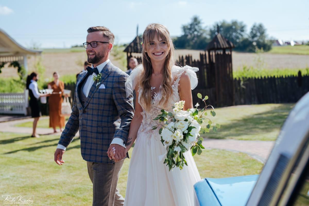 młoda para na przyjęciu weselnym