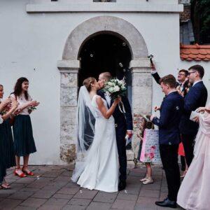 młoda para po wyjściu z kościoła