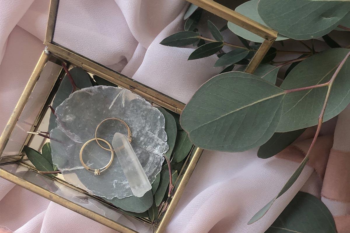 dekoracje ślubne - obrączki na liściach