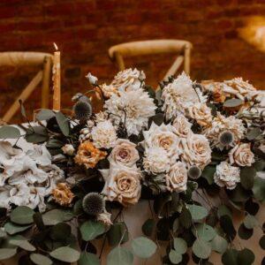 bogata kompozycja kwiatowa na stół młodej pary