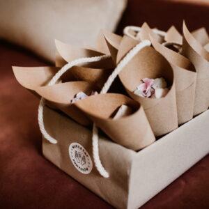 confetti z płatkami kwiatów